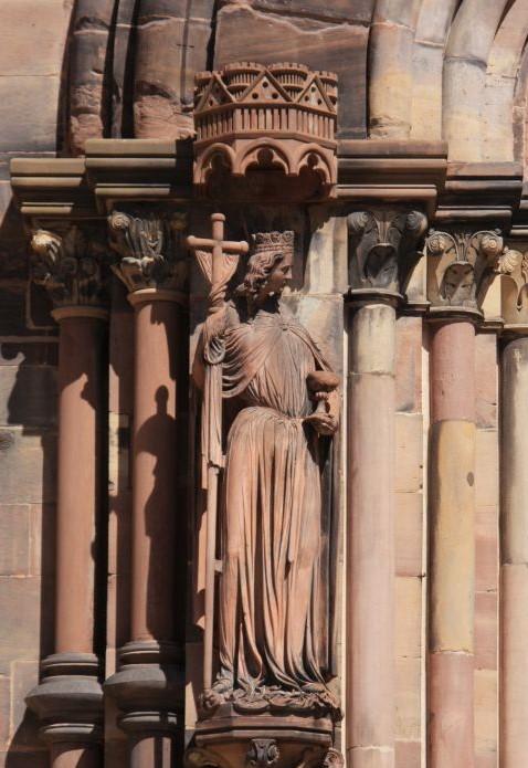 Figur der Ecclesia am Suedportal des Muensters in Strassburg