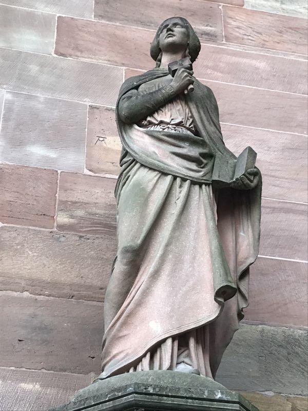 Statue Sabina von Steinbach von Philipp Grass am Suedeingang zum Strassburger Muenster