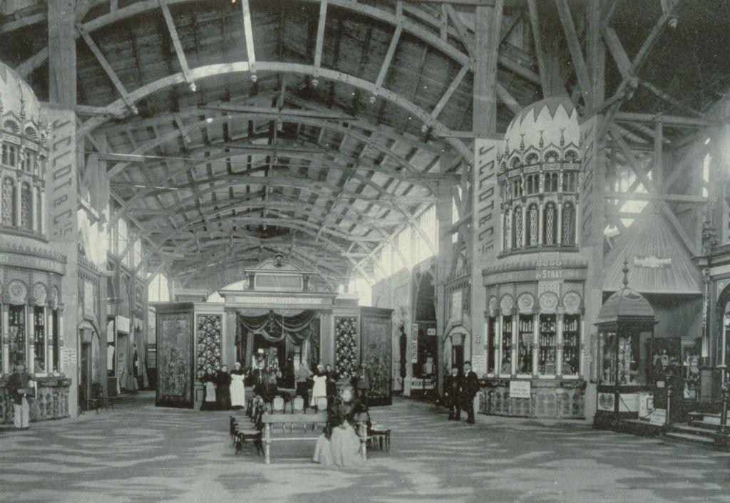 Innenansicht einer Messehalle der Industrie- und Gewerbeausstellung in Strassburg 1895