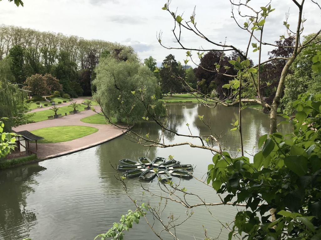 Blick vom kuenstlichen Minigebirge auf den See im Orangerie-Park in Strassburg