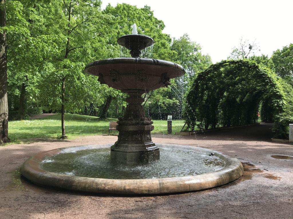 Brunnen in der Naehe des Laubengangs im Orangerie-Park in Strassburg
