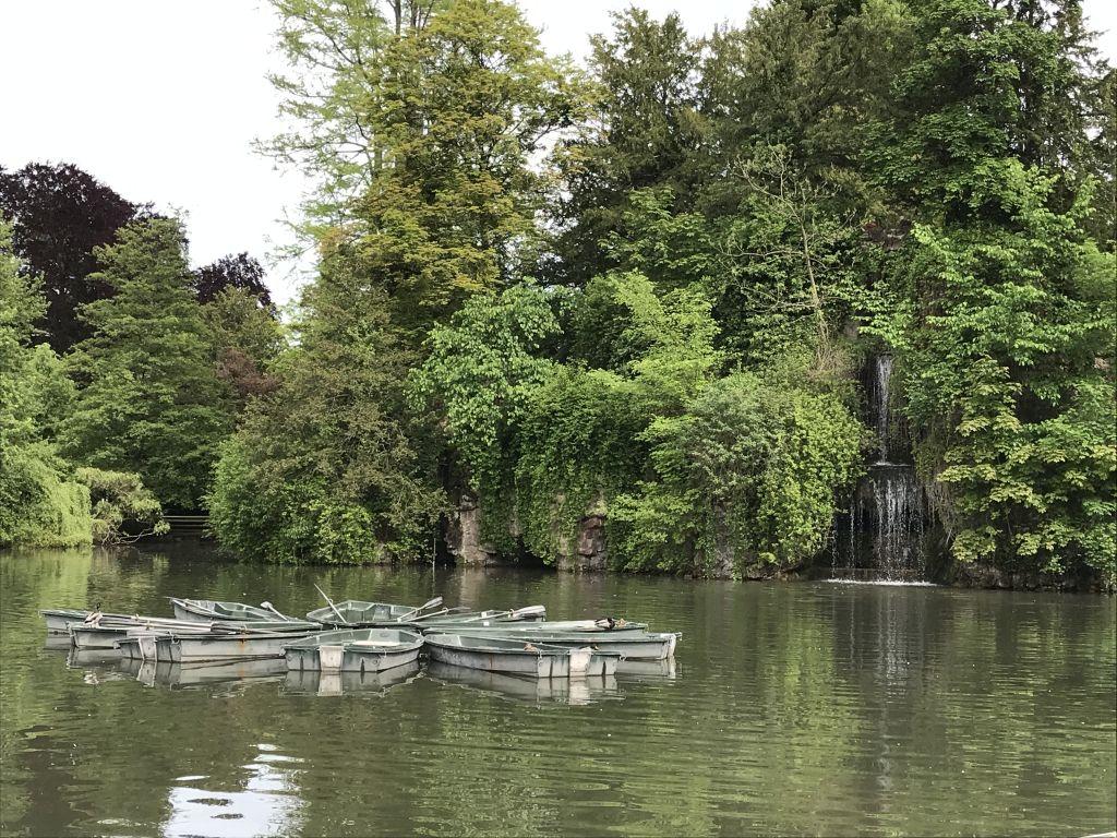 Wasserfall mit Ruderbooten im Parc de l'Orangerie in Strassburg
