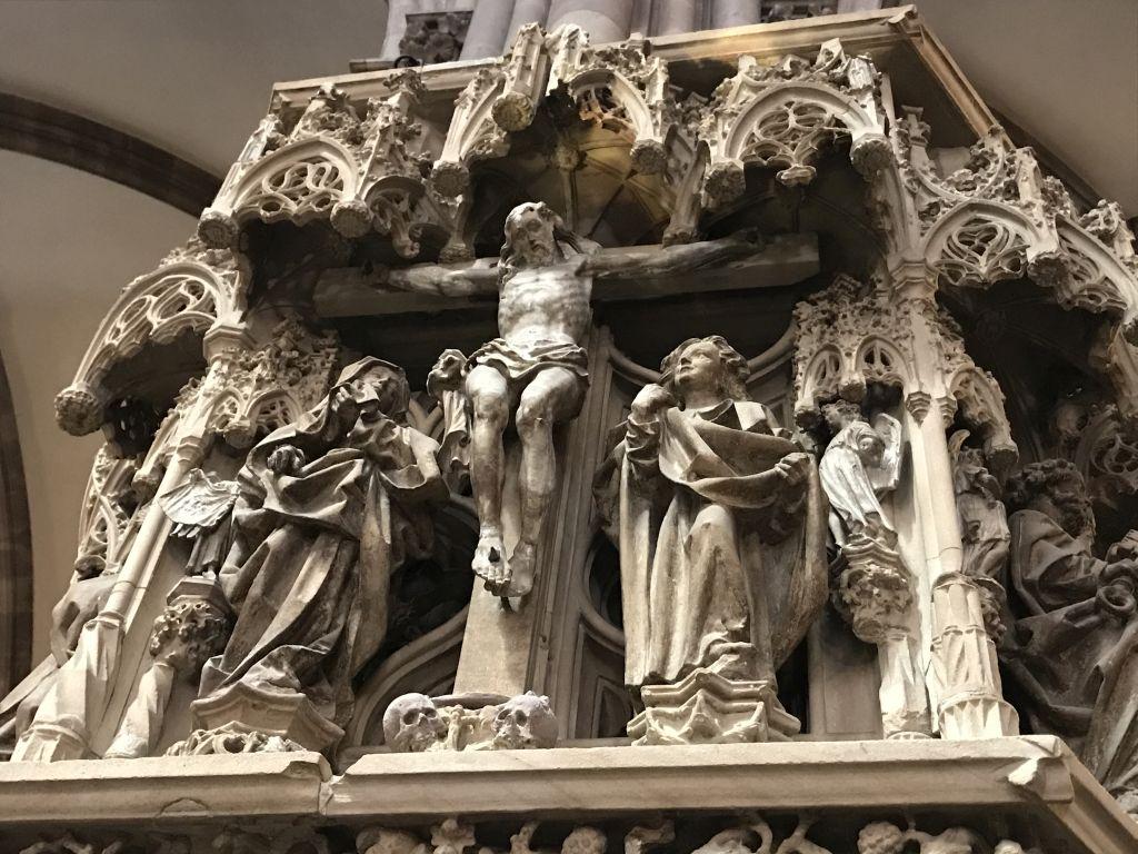 Kreuzigungsszene am Kanzelkorb der Kathedrale in Strasbourg