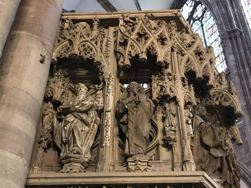 Zwei Apostel am Kanzelkorb der Kathedrale in Strasbourg