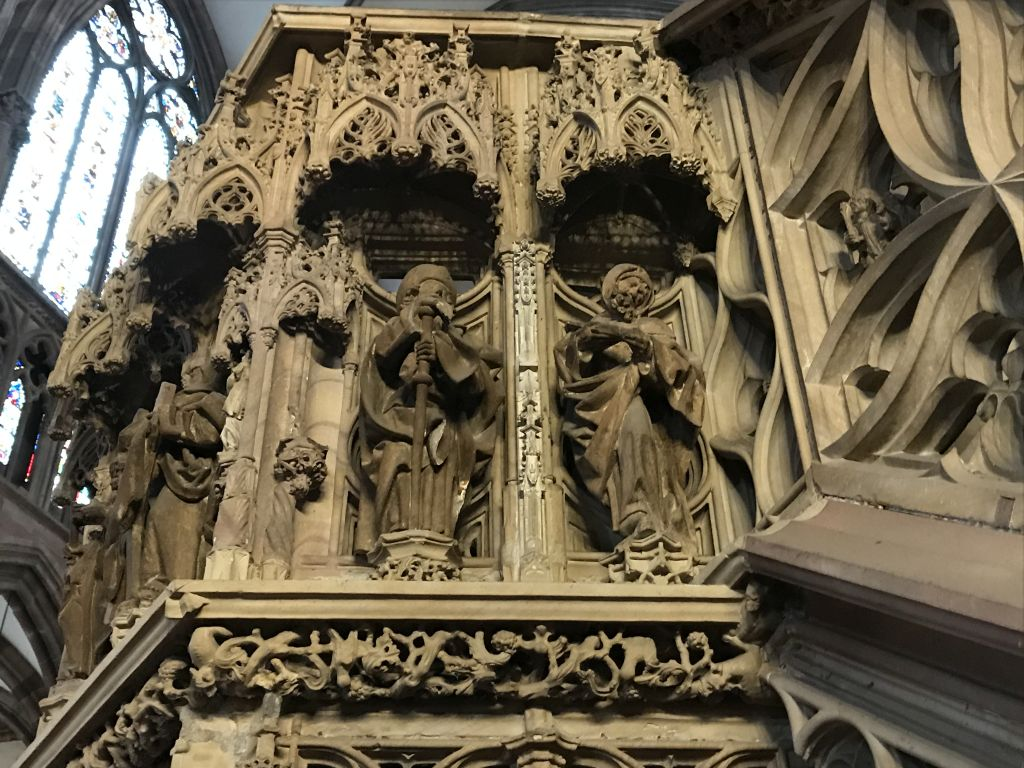 Zwei Apostel am Kanzelkorb im Muenster zu Strassburg