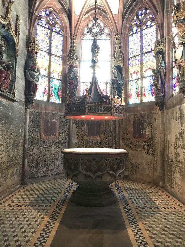 Taufbecken in der Dreifaltigkeitskapelle in der Kirche Saint Pierre le Jeune in Strassburg