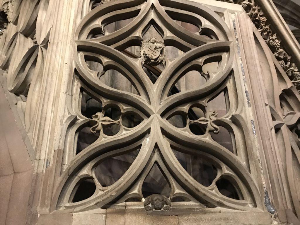 Steinmetzzeichen des Baumeisters Hans Hammer an der Kanzel im Muenster in Strassburg