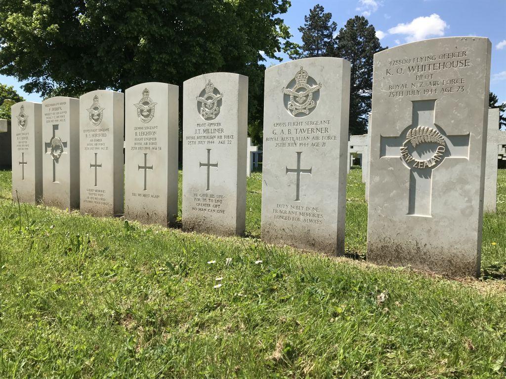 Grabsteine der alliierten Bomberbesatzung der HK-568 auf dem Militaerfriedhof in Strasbourg-Cronenbourg