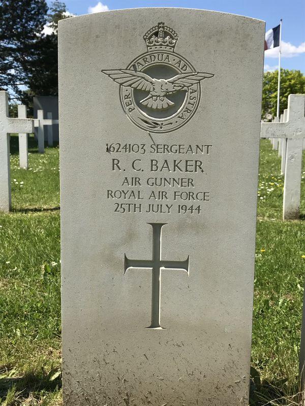 Grabstein Robert Charles Baker der 75 (NZ) RAF Squadron auf dem Militaerfriedhof in Strasbourg-Cronenbourg
