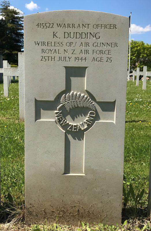 Grabstein Keat Dudding der 75 (NZ) RAF Squadron auf dem Militaerfriedhof in Strasbourg-Cronenbourg