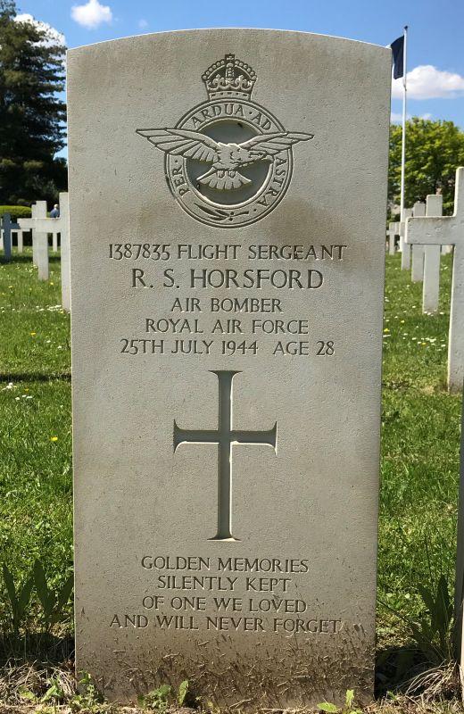 Grabstein Ray Steele Horsford der 75 (NZ) RAF Squadron auf dem Militaerfriedhof in Strasbourg-Cronenbourg