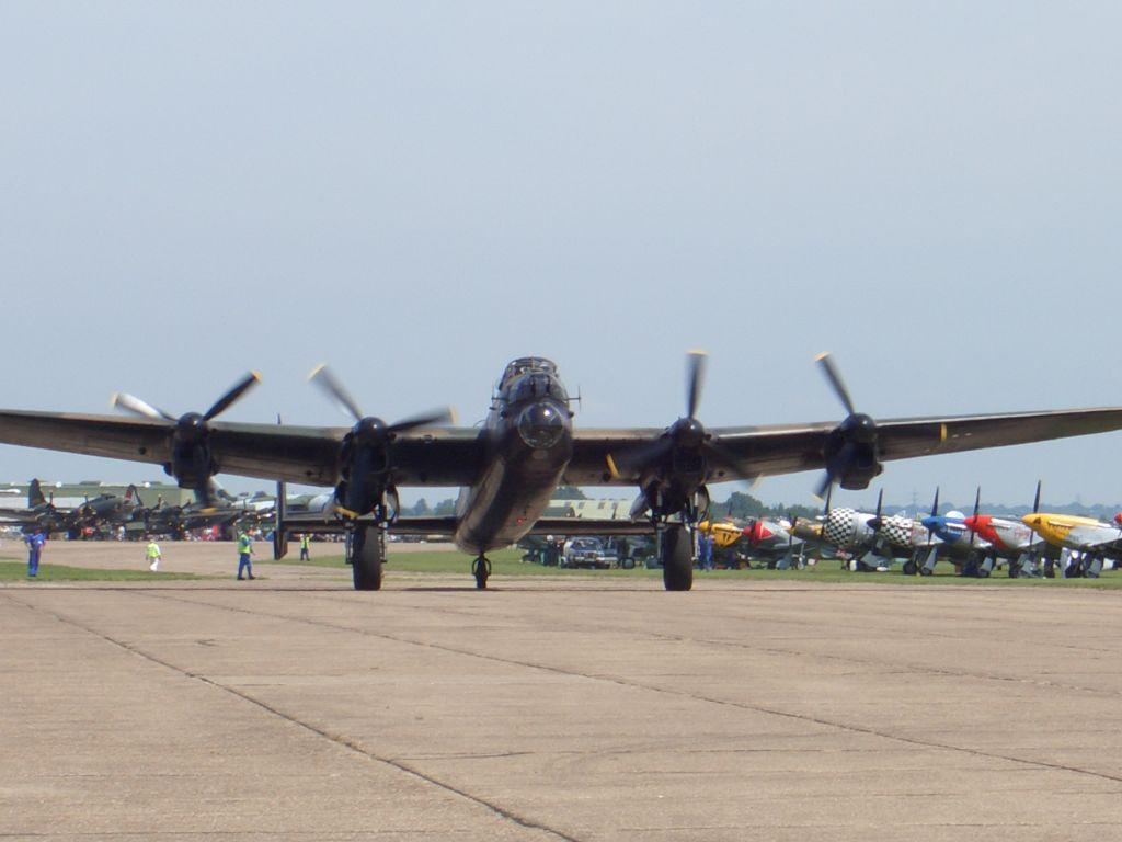 Lancaster Bomber PA474 vor dem Take-off bei der Flying Legends Airshow in Duxford 2015