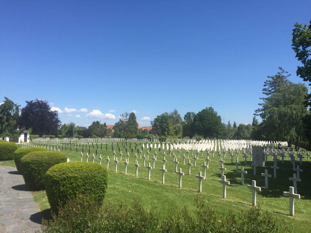 Blick auf tausende von Soldatengraebern in der Nécropole Nationale de Strasbourg-Cronenbourg