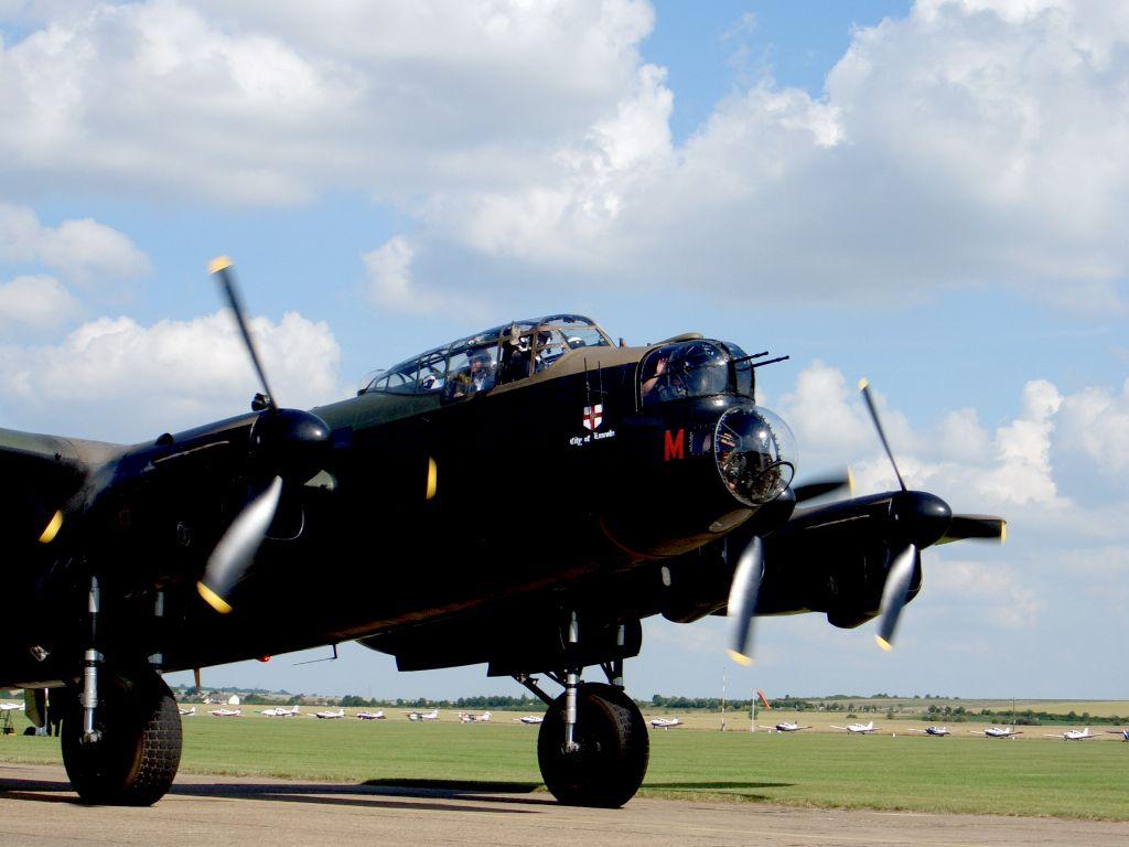 Lancaster Bomber PA474 beim Start auf der Flying Legends Airshow in Duxford 2015