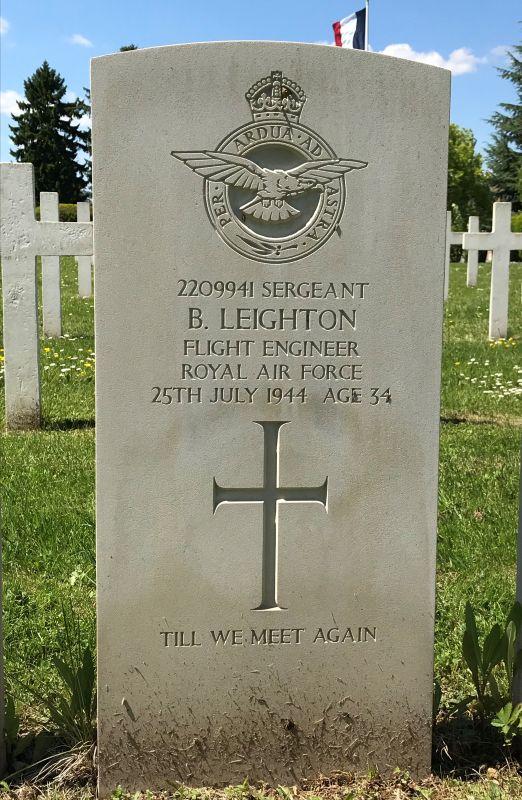 Grabstein Bernard Leighton der 75 (NZ) RAF Squadron auf dem Militaerfriedhof in Strasbourg-Cronenbourg