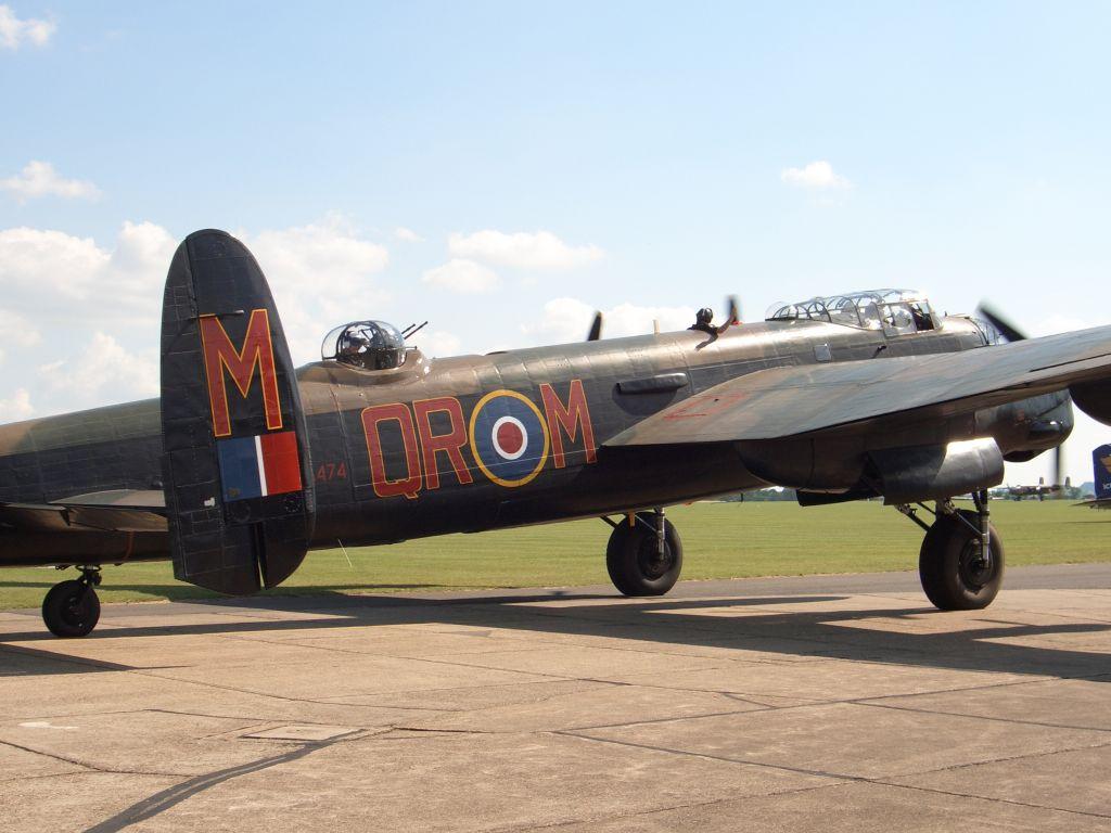 Lancaster Bomber PA474 beim Start waehrend der Flying Legends Airshow in Duxford 2015