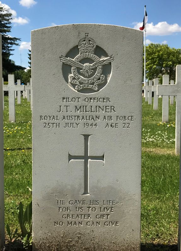 Grabstein Jack Thomas Milliner der 75 (NZ) RAF Squadron auf dem Militaerfriedhof in Strasbourg-Cronenbourg