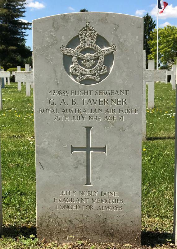 Grabstein George Alfred B. Taverner der 75 (NZ) RAF Squadron auf dem Militaerfriedhof in Strasbourg-Cronenbourg