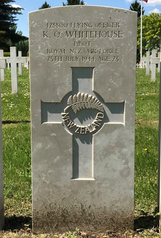 Grabstein des RAF-Bomber-Pilots Keith Owen Whitehouse der 75 (NZ) RAF Squadron auf dem Militaerfriedhof in Strasbourg-Cronenbourg