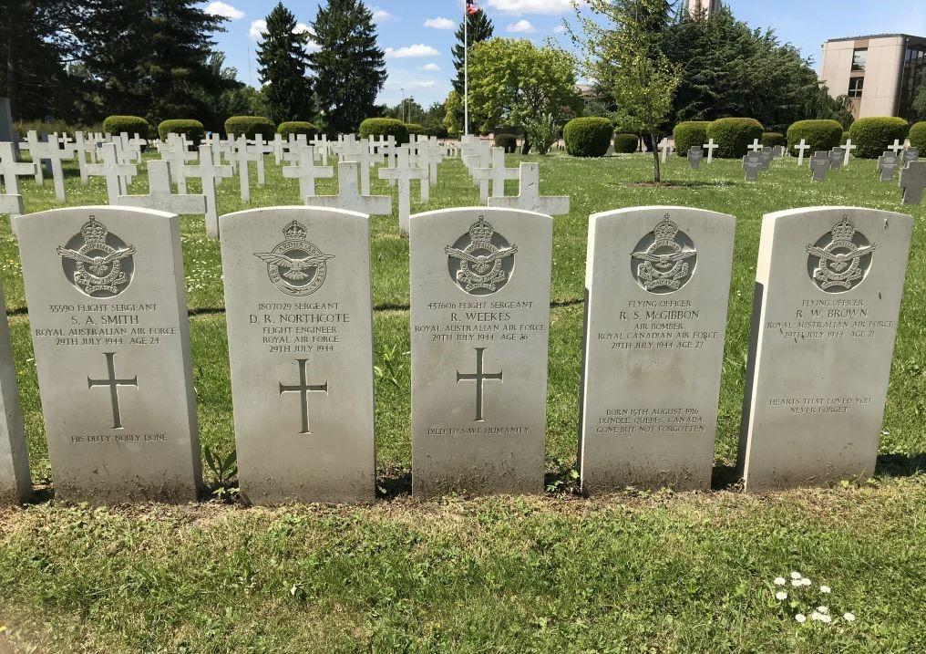 Grabsteine von fuenf Mitgliedern der 576 RAF Squadron auf dem Militaerfriedhof in Strasbourg-Cronenbourg