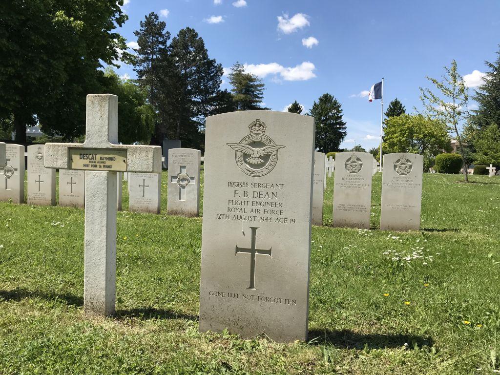 Grabstein Flight Engineer F. B. Dean, RAF 625 Squadron auf dem Militaerfriedhof in Strasbourg-Cronenbourg