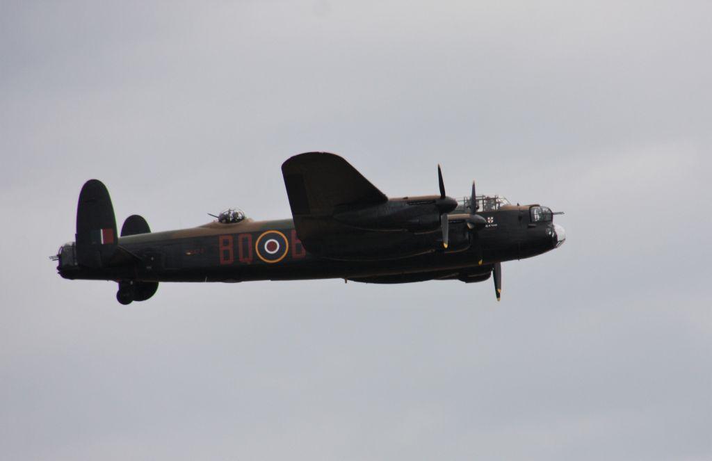 Lancaster Bomber PA474 im Flug waehrend der Flying Legends Airshow in Duxford 2015