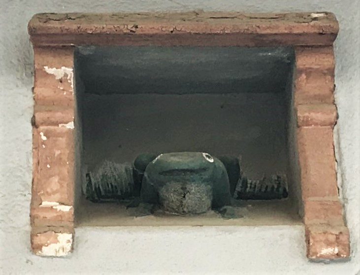 steinerner Frosch in einer Hausnische in Strassburg