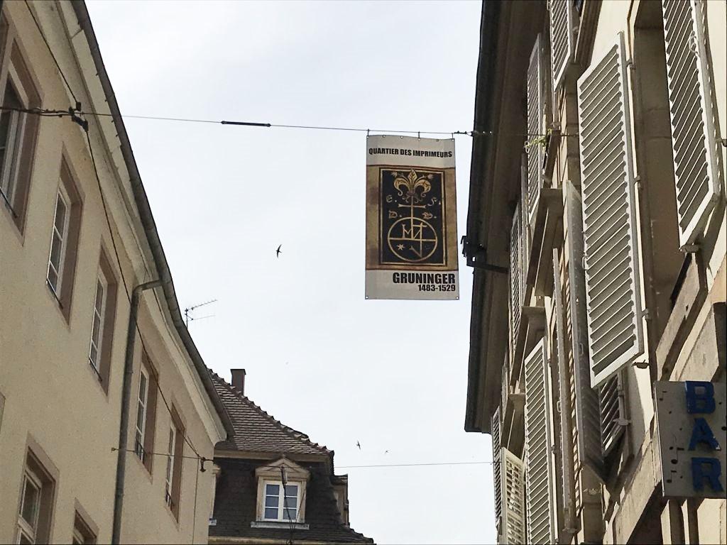 Fahne des Druckunternehmens Gruninger in der Dornengase in Strasbourg