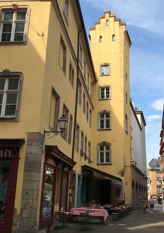 Geschlechterturm mit Treppengiebel aus dem 13. Jahrhundert in Strassburg