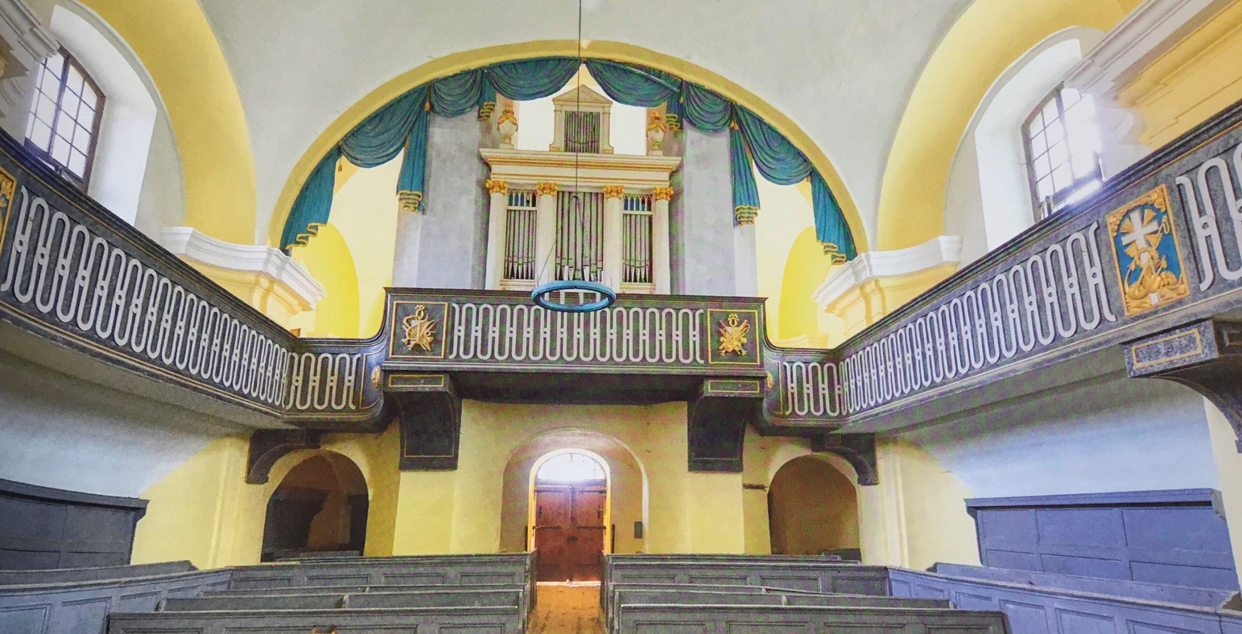 Innenansicht mit Orgelempore der Kirche von Leschkirch, Siebenbuergen