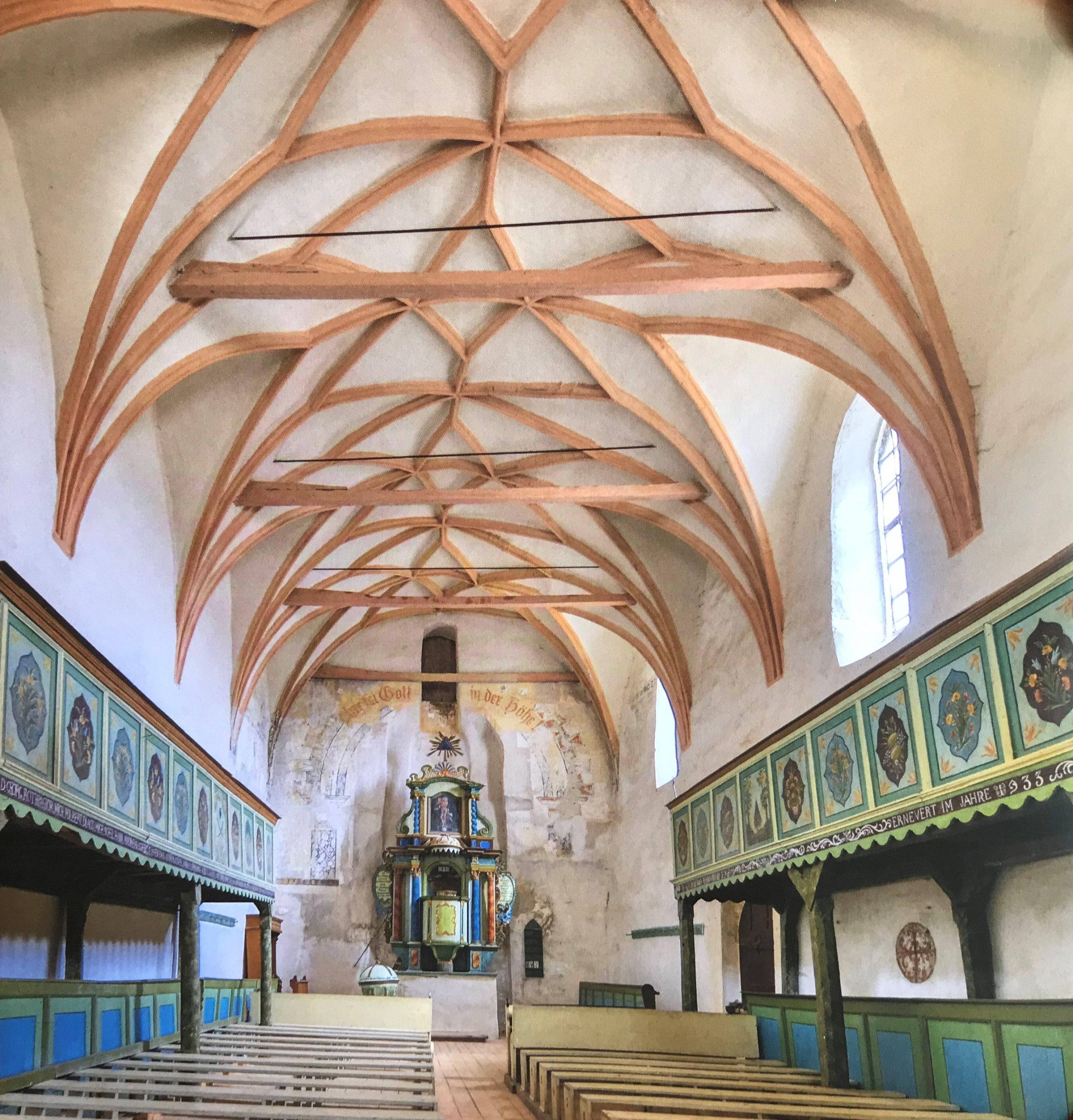 Innenansicht mit Kanzelaltar der Kirche von Neithausen in Siebenbuergen