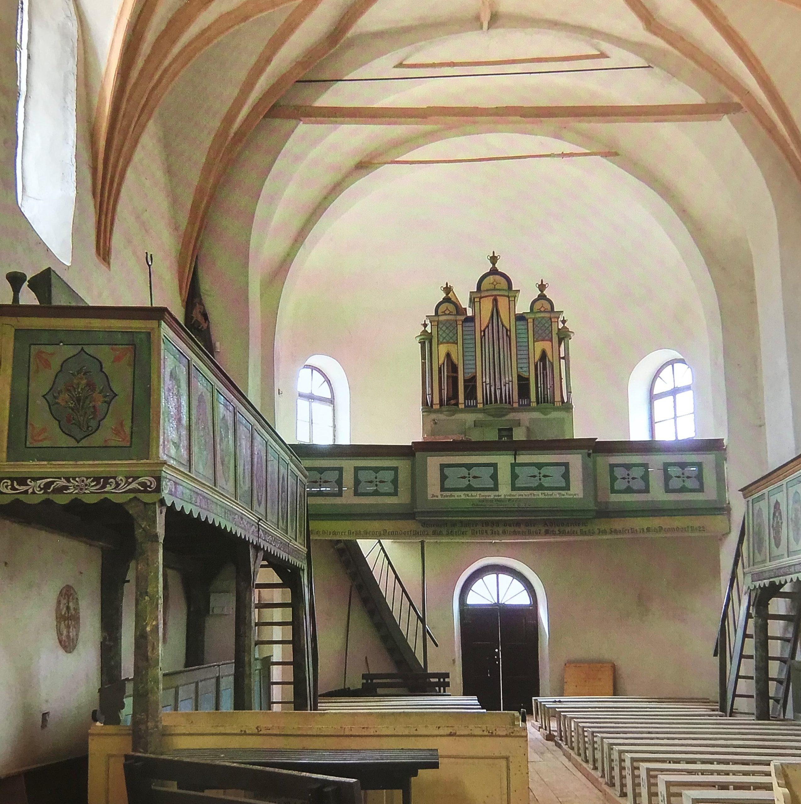 Innenansicht mit Orgelempore der Kirche von Neithausen in Siebenbuergen