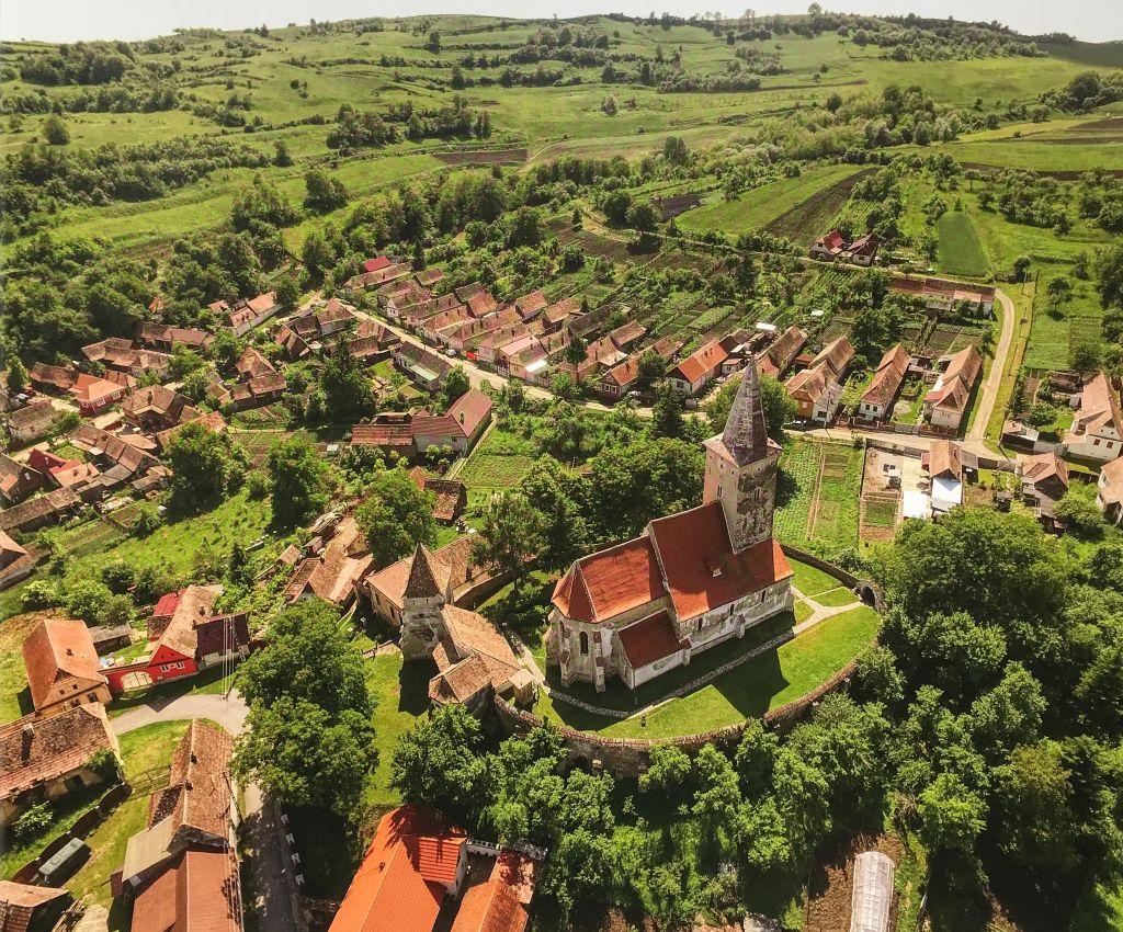 Luftaufnahme der Kirchenburg von Kirtsch aus dem Buch Kirchenburgen im mittleren Kokelland mit Birthaelm