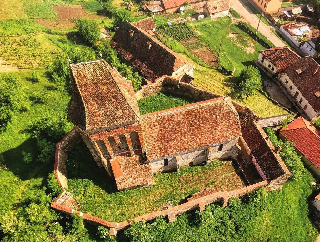 Luftaufnahme der Kirchenburg von Bussd; Foto aus dem Buch Ueber Siebenbuergen Kirchenburgen im mittleren Kokelland