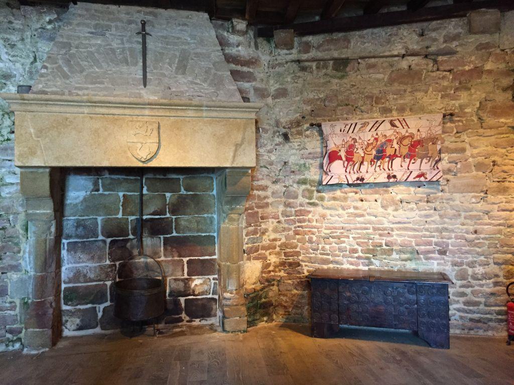 Wohnraum mit Kamin im Bergfried der Festung La Latte