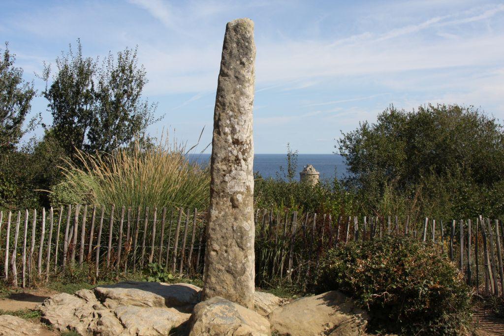 Menhir Gargantuas Finger im Schlosspark von Fort La Latte