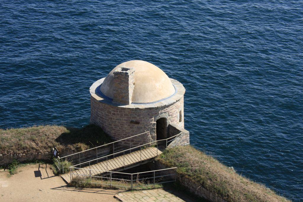 Wachturm auf dem Felsen la Roche Goyon an der Smaragdkueste