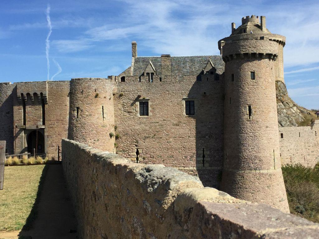 Suedturm und Herrenhaus der Burg La Latte