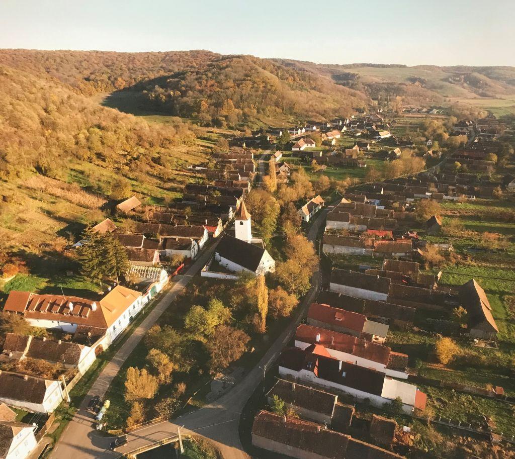Luftaufnahme von Kleinalisch aus Ueber Siebenbuergen Band 9 Kirchenburgen im Schaessburger Land