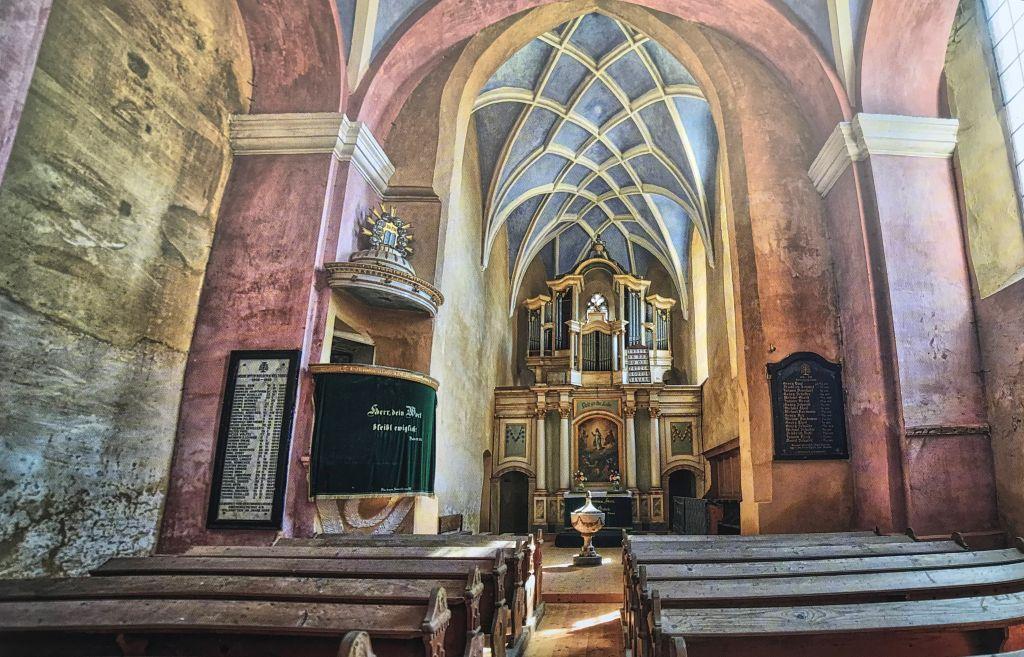 Innenansicht mit Orgelaltar der Kirche in Waldhütten aus dem Bildband Kirchenburgen im Schaessburger Land