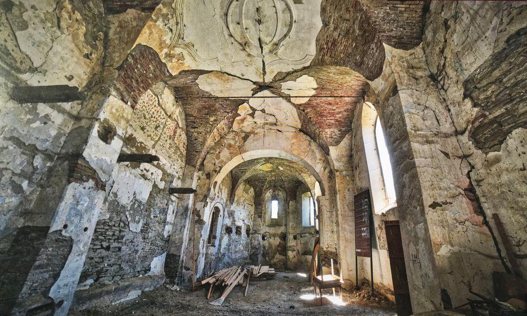 ruinoese Innenansicht der Kirche in Felldorf aus dem Bildband Kirchenburgen im Schaessburger Land